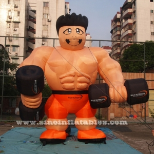 hombre musculoso inflable gigante