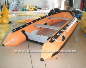 Bote inflable zodiacal para 4 personas.